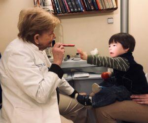 La clínica Vila facilita revisiones oculares gratuitas a l@s soci@s de Asindown